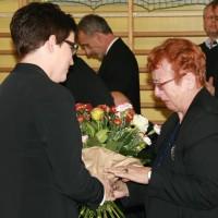 p. Dyrektor wręcza kwiaty córce, p. Alicji